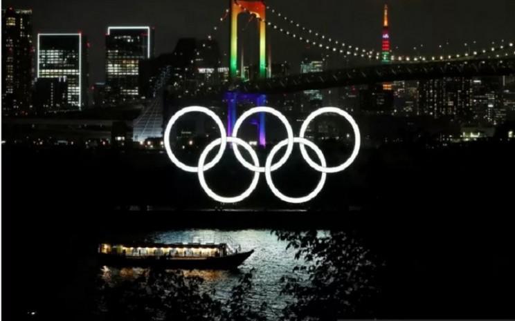 Jembatan Pelangi dan Menara Tokyo bercahaya dengan warna Olimpiade untuk memperingati hitung mundur 100 hari menuju Olimpiade Tokyo 2020 yang telah ditunda ke 2021 akibat penyebaran Covid-19 di Tokyo, Jepang, Rabu (14/4/2021).  - Antara/Reuters