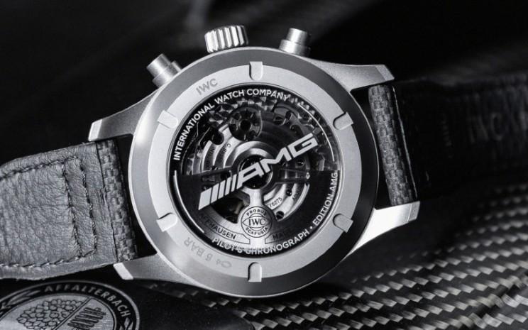 Pilot's Watch Chronograph Edition AMG adalah jam tangan chronograph 43mm pertama IWC yang menampilkan kaliber 69385 buatan IWC, serta chronograph jam tangan pilot pertama dengan casing terbuat dari titanium yang sangat ringan dan tahan gores.  - Mercedes
