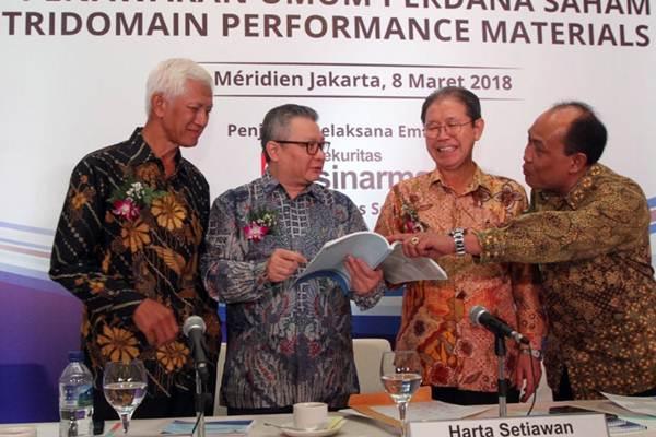 Presiden Direktur PT Tridomain Performance Materials Tbk Choi Choon Ha (kedua kanan) berbincang dengan Chief Operating Officer Hendro Waskito (kedua kiri), Direktur Joyce Venancio Sobejana Onias (kanan), dan Direktur Independen Bambang Heru Purwanto, selepas penawaran umum perdana saham perseroan, di Jakarta, Kamis (8/3/2018). - JIBI/Endang Muchtar