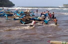 Nelayan Gunung Kidul Evakuasi Kapal Hindari Terjangan Ombak Besar