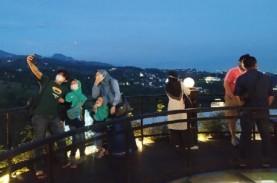 Wisatawan Amati Gerhana Bulan Total di Kawasan Lembang