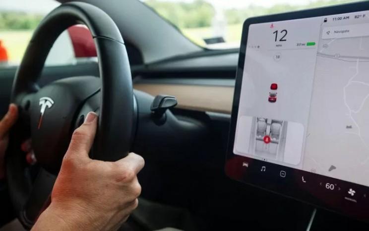 Head unit dari Tesla Model 3.  - ANTARA/Reuters