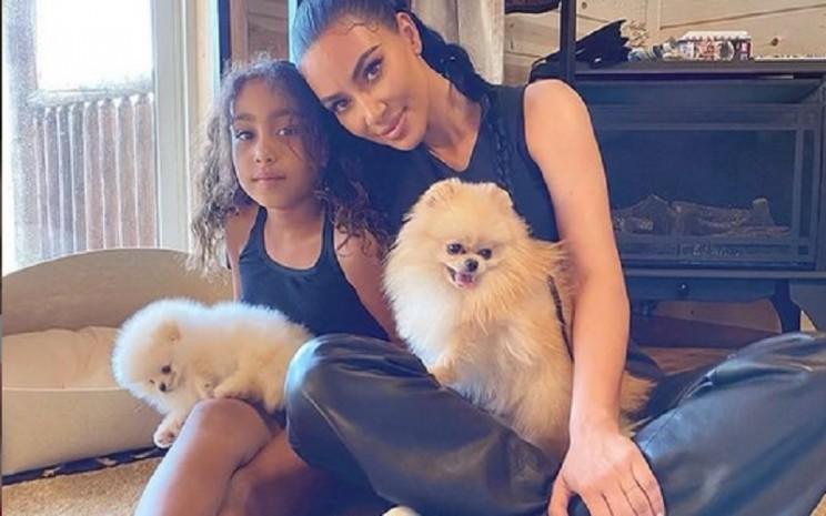 Sosialitas Kim Kardashian (kanan). - Instagram @kimkardashian