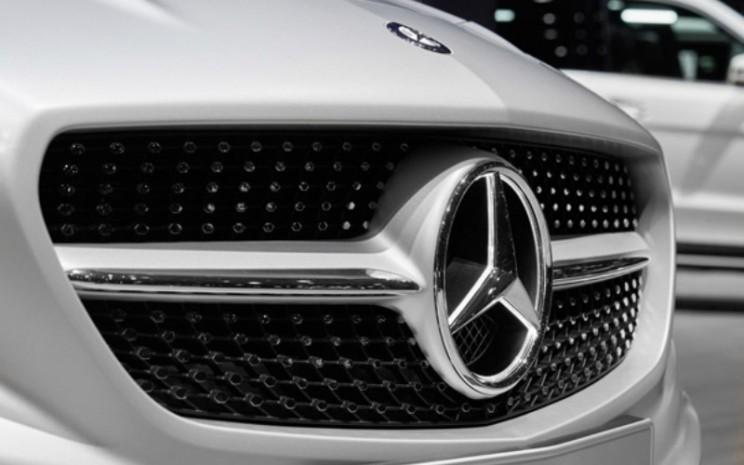 Logo produsen otomotif Mercedes di bagian depan salah satu produknya yang tengah dipamerkan.  - Dok./Daimler.