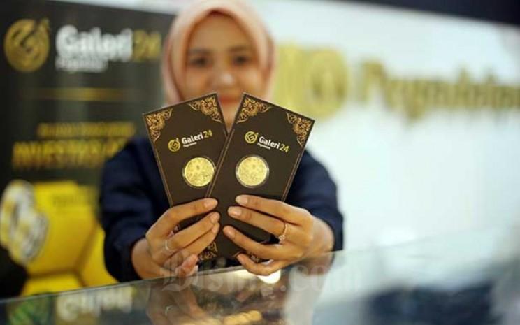 Karyawan menunjukan emas di kantor Pegadaian di Jakarta, Senin (17/2/2020). Bisnis - Abdullah Azzam