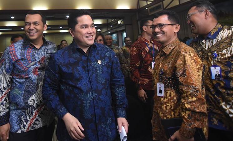 Menteri BUMN Erick Thohir (kedua kiri) berjalan bersama Direktur Utama PT Krakatau Steel (Persero) Tbk Silmy Karim (kiri) saat Public Expose Krakatau Steel 2020 di Kantor Kementerian BUMN, Jakarta, Selasa (28/1/2020).  -  ANTARA / Indrianto Eko Suwarso