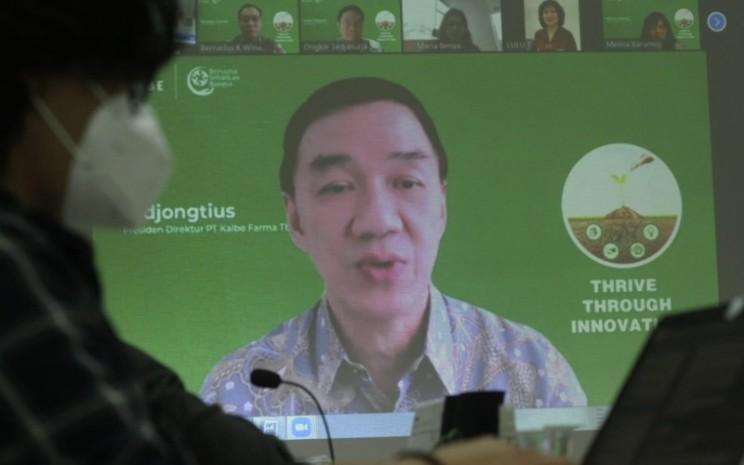 Layar menampilkan Presiden Direktur PT Kalbe Farma Tbk. Vidjongtius memberikan pemaparan saat kunjungan virtual ke redaksi Bisnis Indonesia di Jakarta, Kamis (28/1).Bisnis - Arief Hermawan P