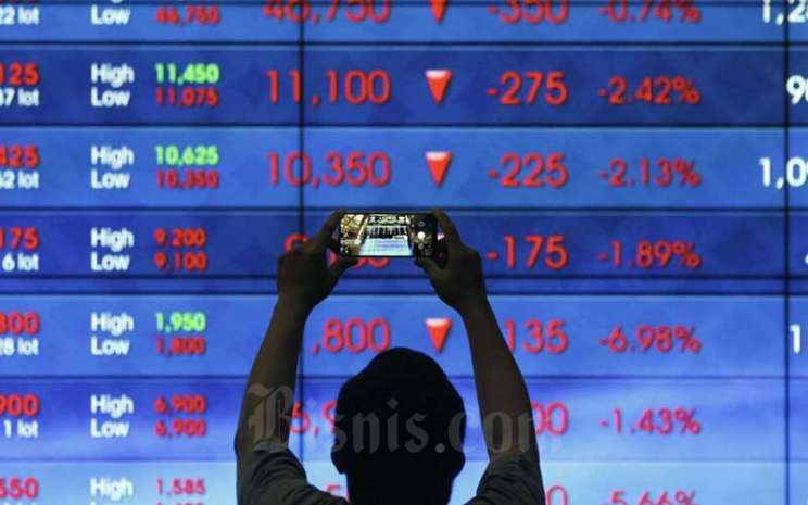 Karyawan beraktifitas di dekat layar pergerakan Indeks Harga Saham Gabungan (IHSG) di Bursa Efek Indonesia, Jakarta, Selasa (8/9/2020). Bisnis - Himawan L Nugraha