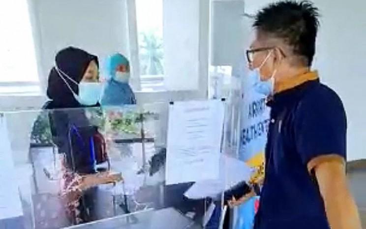 Calon penumpang berinisial HYF memarahi petugas Farmalab di Sky Bridge Bandara SMB II Palembang karena hasil tes antigen terhadap dirinya keliru, Minggu (31-5-2021).  - ANTARA