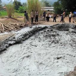 Semburan Liar Lumpur Bercampur Gas Terjadi di Cirebon