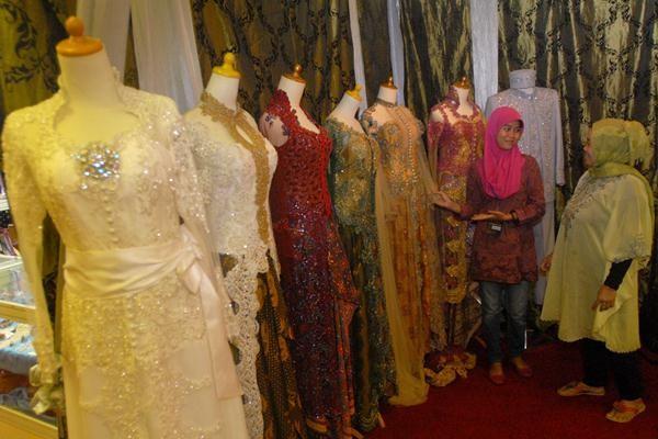 Kebaya merupakan pakaian yang dikenakan oleh perempuan dari berbagai daerah - Jibiphoto
