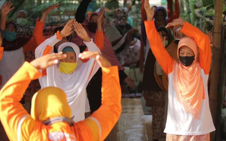 Sejumlah warga lanjut usia mengikuti senam lansia di Desa Berdaya Tegalurung, Balongan, Indramayu, Jawa Barat, Selasa (6/10 - 2020).