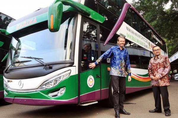 Managing Director Commercial Vehicle Mercedes Benz Indonesia Ralf Kraemer (kiri), bersama Managing Director PT Lorena Transport Tbk Dwi Rianta Soerbakti berfoto dengan bis Mercedes Benz 2542 Double Deckers, di Jakarta, Selasa (6/6). - JIBI/Dedi Gunawan