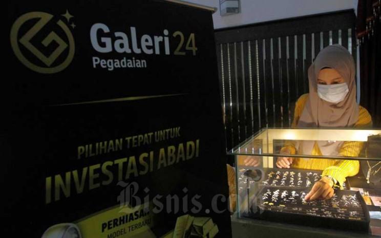 Karyawati merapikan perhiasan emas di Kantor Pusat Pegadaian, Jakarta, Selasa (5/5/2020). Bisnis - Himawan L Nugraha