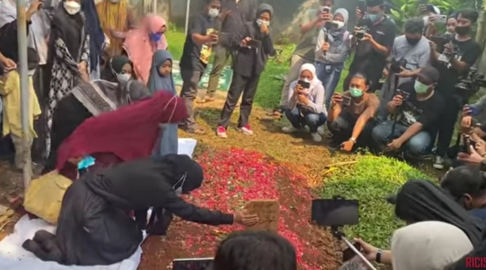 Ria Ricis berada di kuburan ayahnya. Dia mendokumentasikan kepergian ayahnya dalam Youtube. - tangkapan layar