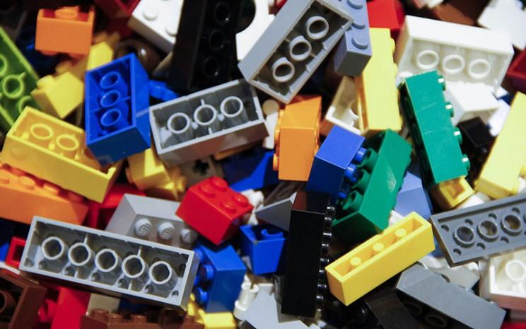 balok mainan Lego - Bloomberg