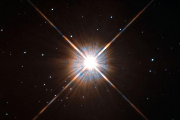 Bintang Proxima Centauri berada dalam konstelasi Centaurus, jaraknya hanya sekitar empat tahun cahaya dari Bumi.  - Hubble NASA