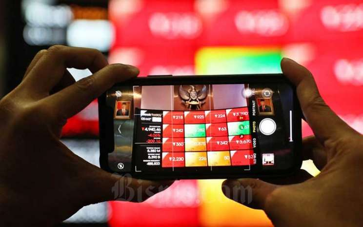 Pengunjung melihat papan elektronik yang menampilkan pergerakan Indeks Harga Saham Gabungan (IHSG) di Bursa Efek Indonesia, Jakarta, Senin (3/8/2020). Pada penutupan perdagangan awal pekan, IHSG ditutup melemah 2,78 persen atau 143,4 poin ke level 5.006,22. Bisnis - Eusebio Chrysnamurti