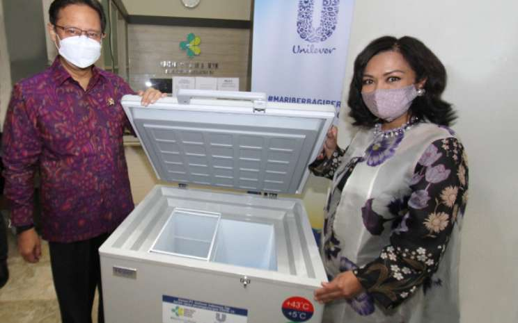 Presiden Direktur PT Unilever Indonesia, Tbk., Ira Noviarti secara simbolis menyerahkan unit kabinet pendingin vaksin kepada Menteri Kesehatan Budi Gunadi Sadikin, Selasa (11/5/2021).  - Unilever Indonesia