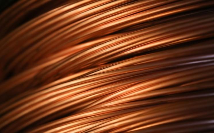 Gulungan kabel tembaga di pabrik Uralelectromed OJSC Copper Refinery yang dioperasikan oleh Ural Mining and Metallurgical Co. di Verkhnyaya Pyshma, Rusia, Selasa (7/3/2017). - Bloomberg/Andrey Rudakov