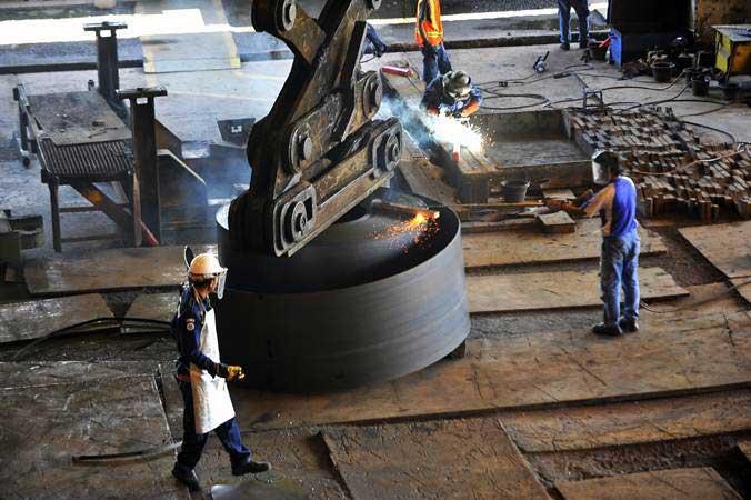 Pekerja memotong lempengan baja panas di pabrik pembuatan hot rolled coil (HRC) PT Krakatau Steel (Persero) Tbk di Cilegon, Banten, Kamis (7/2/2019). - ANTARA/Asep Fathulrahman