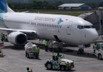 Pekerja menurunkan muatan kargo dari pesawat Garuda Indonesia dengan nomor penerbangan GA 143 setibanya di Bandara Internasional Sultan Iskandar Muda (SIM) Blang Bintang, Kabupaten Aceh Besar, Aceh, Rabu (2/9/2020)./ANTARA FOTO-Ampelsa