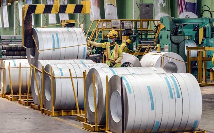 Petugas beraktivitas di pabrik pembuatan baja Kawasan Industri Cikarang, Kabupaten Bekasi, Jawa Barat, Jumat (4/10/2019).  - Antara Foto/Fakhri Hermansyah