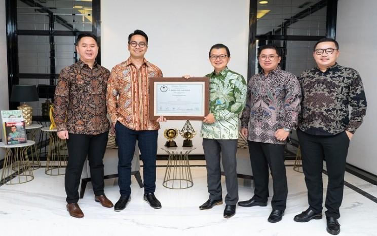 Jajaran komisaris dan direksi Triniti Dinamik bersama sertifikat pencatatan perdana saham, Kamis (10/06/2021) - Istimewa