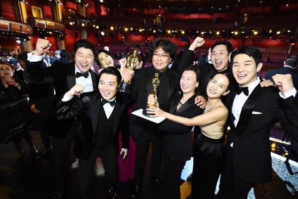Para aktor, aktris, dan kru film Parasite berfoto bersama usai memenangkan Piala Oscar sebagai Film Terbaik pada Minggu (9/2/2020). - Bloomberg