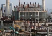Alat berat bekerja dalam pembangunan apartemen di Jakarta saat pandemi Covid-19 menerjang./Bloomberg - Dimas Ardian