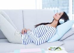 Hobi Dengar Musik Sebelum Tidur? Ternyata Begini Dampak Buruknya