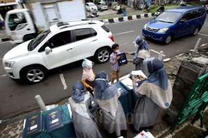 Tekan Penyebaran Covid-19, SD di Bandung Bagikan Rapor Secara Drive Thru