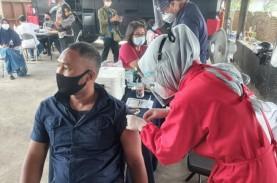 Polisi Brimob di Cirebon Fasilitasi Warga untuk Vaksinasi…