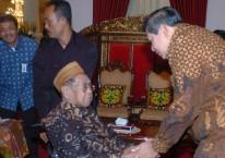 Presiden Susilo Bambang Yudhoyono berbincang dengan dengan mantan Presiden Abdurrahman Wahid (Gus Dur) dalam rangka Idiu Fitri 1 Syawal 1430 H di Istana Negara, Jakarta, Minggu (20/9/2009)./Antara - Ali Anwar.