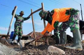 Personel TNI Manunggal Bangun Jalan Beton di Kampung…