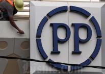 Pekerja beraktivitas di dekat logo PT PP Properti Tbk. di Depok, Jawa Barat, Sabtu (9/5/2020)./Bisnis-Dedi Gunawan