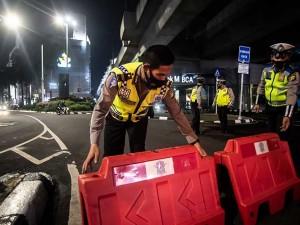 Polda Metro Jaya Lakukan Penutupan Jalan Saat Pembatasan Mobilitas Warga di Jakarta