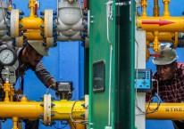 Pekerja PT Perusahaan Gas Negara Tbk (PGN) melakukan perawatan regulator jaringan gas rumah tangga (jargas) di Krueng Geukuh, Kecamatan Dewantara, Aceh Utara, Aceh, Selasa (2/6/2020)./Antara - Rahmad