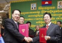 Ilustrasi - Deputi Perdana Menteri Kamboja Sok An (kanan) berjabat tangan dengan Peter Sondakh (kiri), Pemimpin dan CEO Grup Rajawali, setelah acara penandatanganan untuk maskapai penerbangan nasional Kamboja yang baru di Phnom Penh, Jumat (23/11/2007)./Antara - Chor Sokunthea.