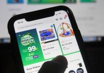 Pengguna Tokopedia bertransaksi melalui gawai di Jakarta, Senin (4/5/2020). Kementerian Komunikasi dan Informatika bersama BSSN dan Tokopedia akan melakukan evaluasi, penyelidikan, dan mitigasi teknis terhadap upaya peretasan data pengguna sebanyak 91 juta akun dan 7 juta akun merchant, serta akan terus memastikan ekonomi digital khususnya e-commerce tetap berjalan dengan baik dan lancar tanpa diganggu peretas data./ANTARA FOTO-Puspa Perwitasari