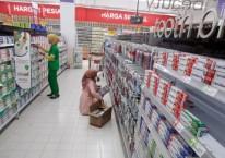 Suasana pusat perbelanjaan di Cibinong, Bogor, Jawa Barat, Minggu (7/6/2020). Asosiasi Pengusaha Ritel Indonesia (Aprindo) menyatakan pada masa pandemi COVID-19 omzet penjualan peretail hilang 85 persen hingga 90 persen, terutama pada gerai-gerai yang berada dalam mal dan terdampak penutupan akibat PSBB./ANTARA FOTO-Yulius Satria Wijaya