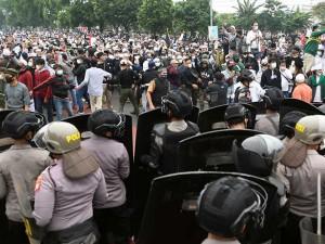 Pendukung Rizieq Shihab Dihadang Polisi Saat Menuju Pengadilan Negeri Jakarta Timur