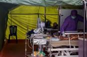 Foto Pasien Covid-19 Membanjir di Sudut-Sudut Rumah Sakit