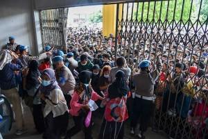 Ratusan Warga di Sumatra Utara Berebut Mendapatkan Vaksinasi Covid-19