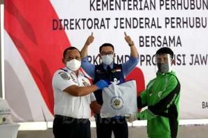 Kemenhub Bagikan Bansos Kepada Pelaku Transportasi di Jawa Barat