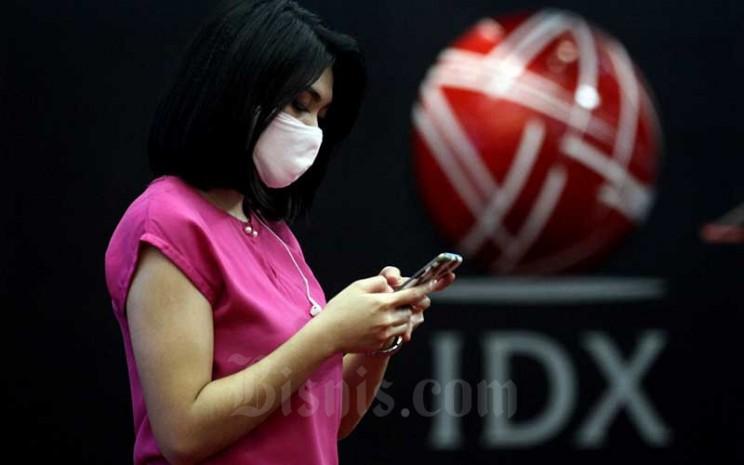 Karyawati beraktivitas di sekitar logo PT Bursa Efek Indonesia di Jakarta. Bisnis - Arief Hermawan P