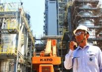 Pekerja beraktivitas di proyek pembangunan pabrik Polyethylene (PE) baru berkapasitas 400.000 ton per tahun di kompleks petrokimia terpadu PT Chandra Asri Petrochemical Tbk. (CAP), Cilegon, Banten, Selasa, (18/6/2019)./Bisnis-Triawanda Tirta Aditya