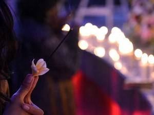 Warga Bali Nyalakan Lilin dan Taburkan Bunga Saat Memperingati 19 Tahun Bom Bali