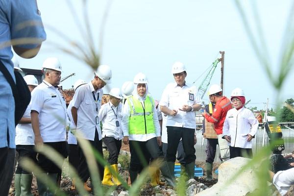 Wakil Walikota Palembang Fitrianti Agustinda meninjau kondisi jalan