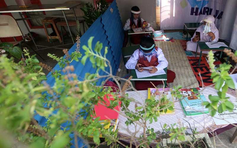 Foto-Foto Siswa SD Belajar di Warung Internet Gratis ...
